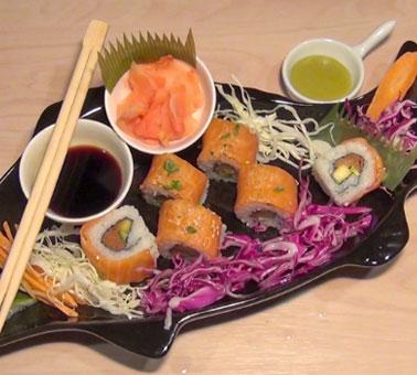 طريقة عمل السوشي بالسلمون مع المانجو والخيار