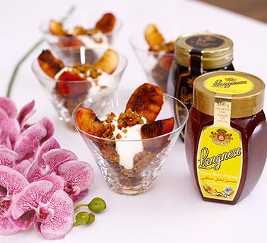 دراق مشوي مع الجرانولا والعسل